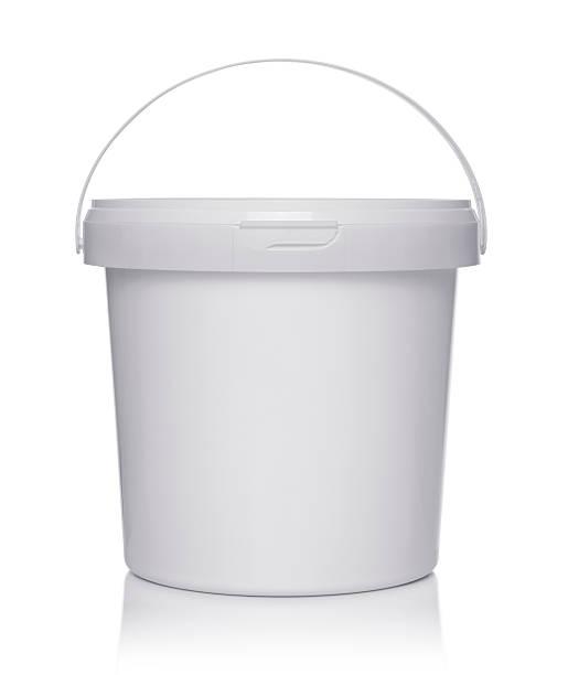 weiße kunststoff-eimer mit deckel - kunststoff behälter bemalen streichen stock-fotos und bilder