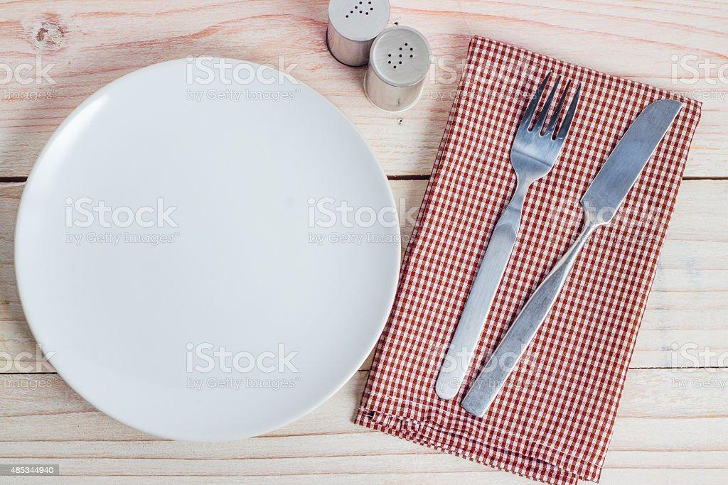 Weißen Teller und Besteck am Tisch – Foto