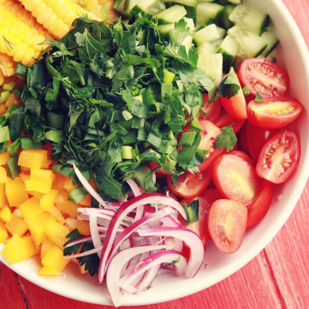 Weißer Teller mit schneiden Gemüse für Veganer Salat – Foto