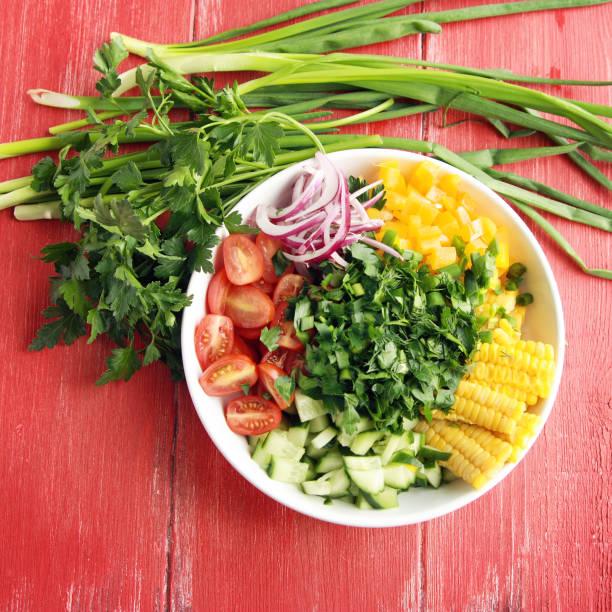 Weißer Teller mit Schneiden Gemüse für Veganer Salat. – Foto