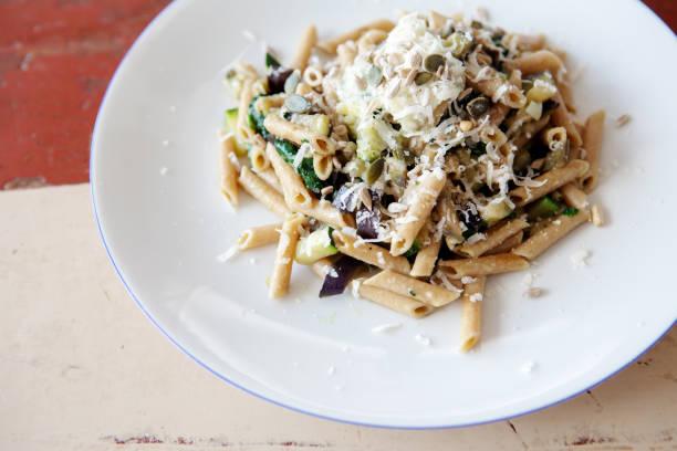 weißen teller mit nudeln, spinat und käse - spaghetti mit spinat stock-fotos und bilder