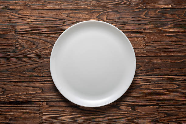 white plate, wooden table, tablecloth, rustic wooden, clean, copy, freepik, table top view, wallpaper, dish, wall mural, silverware, - top view, wood table, empty imagens e fotografias de stock