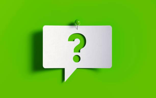 nota branca do post-it fixada com o pino verde do impulso no fundo verde - question - fotografias e filmes do acervo