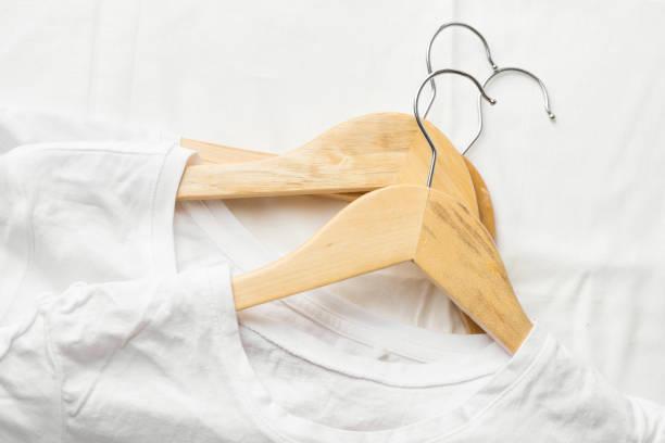 Weiße reine Baumwolle T-shirts auf Holzkleiderbügel auf Leinen Tuch legen. Casual unisex Kleidung natürliche Materialien Shopping-Verkaufskonzept. Posterbanner mit Kopierraum – Foto