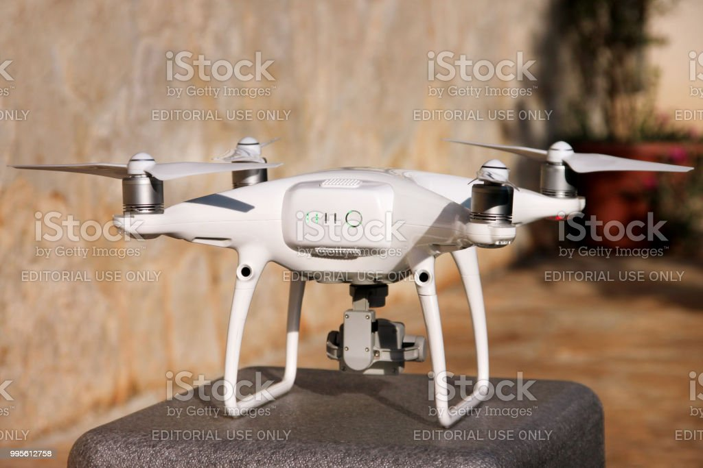 Branco Quadrocopter DJI fantasma 4 Drone com câmera digital 4K depor está pronto para decolar para voar no ar para tirar fotos, gravar imagens de cima. - foto de acervo