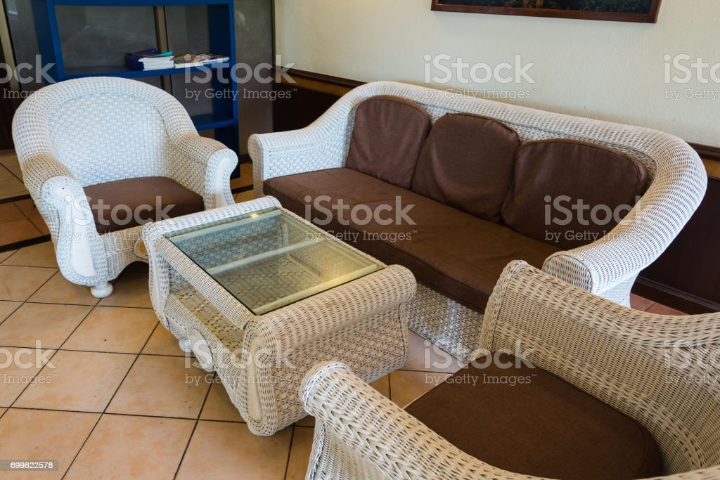 Weißen Rattan Sofa Im Wohnzimmer Stockfoto und mehr Bilder von Baum ...