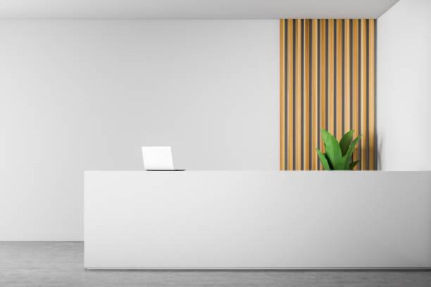beyaz ve ahşap ofiste beyaz resepsiyon masası - hotel reception stok fotoğraflar ve resimler