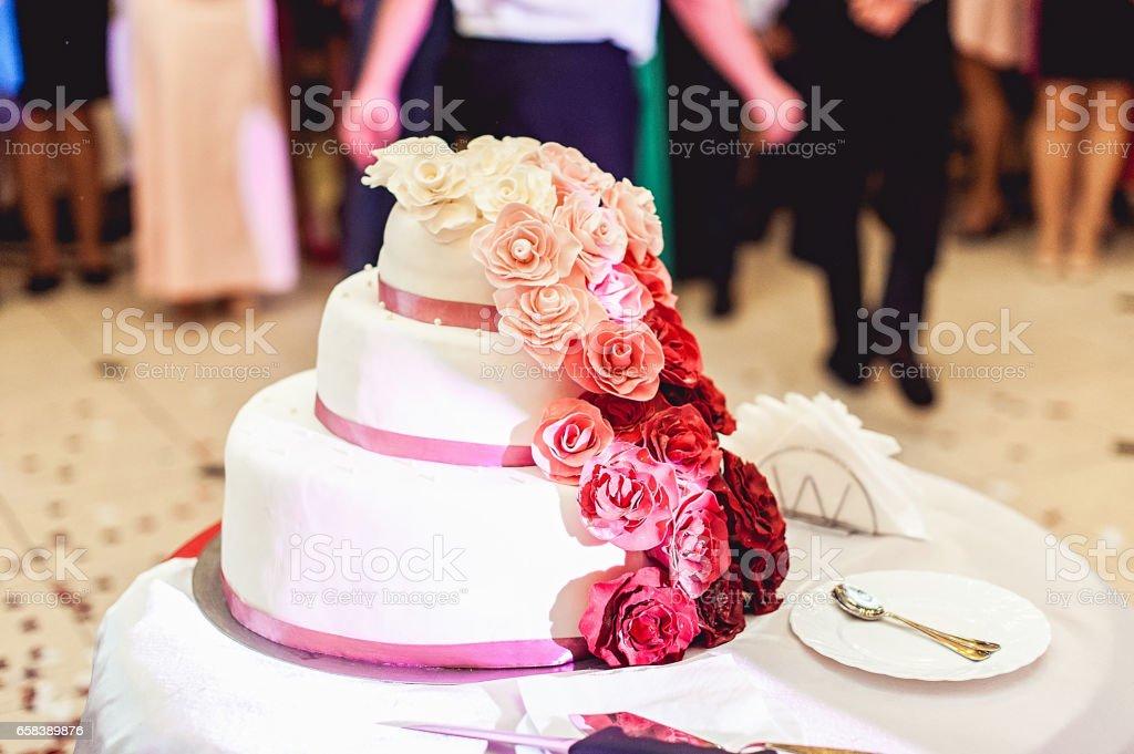 Weiss Rot Rosa Hochzeitstorte Mit Rosen Stock Fotografie Und Mehr