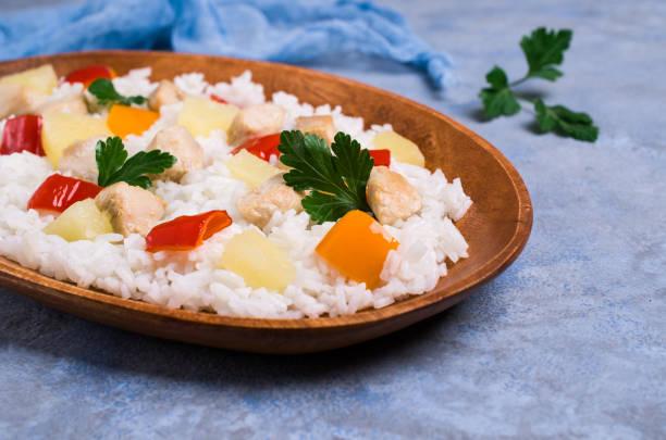 weißer reis mit huhn - ananas huhn salate stock-fotos und bilder