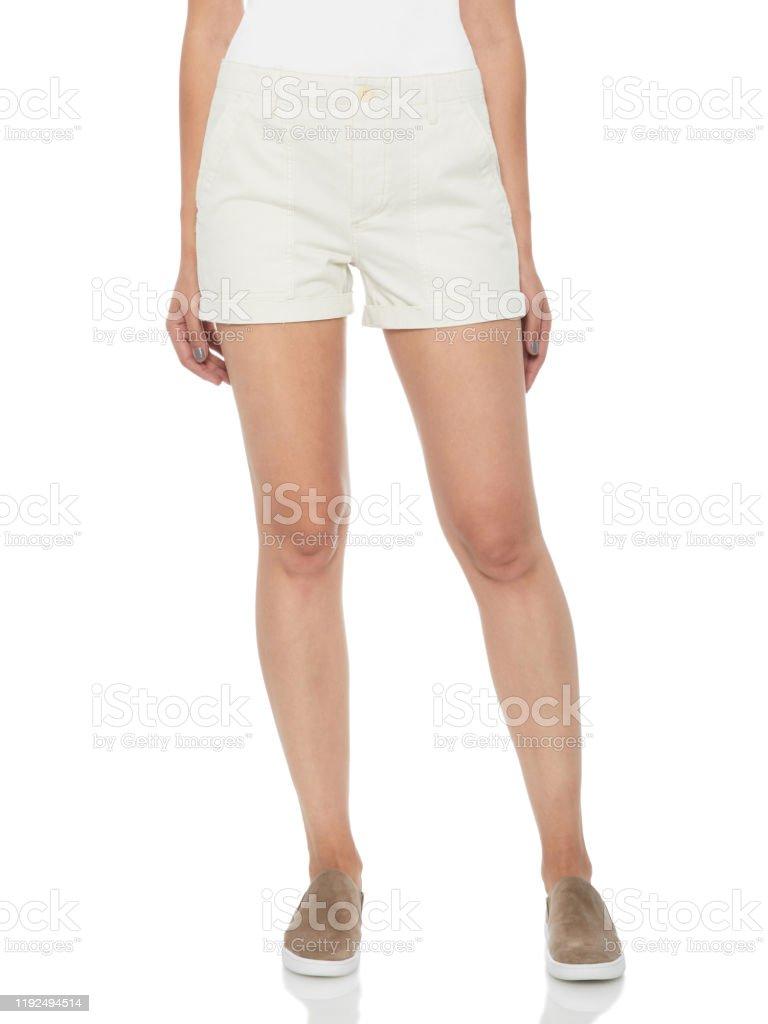 Pantalones Cortos De Mezclilla Rasgados Blancos Para Mujer Combinados Con Tacones Plateados Y Fondo Blanco Pantalones Cortos Altos De Mezclilla De Mezclilla De Lavado Medio Para Mujeres Pantalones Cortos De Mezclilla De