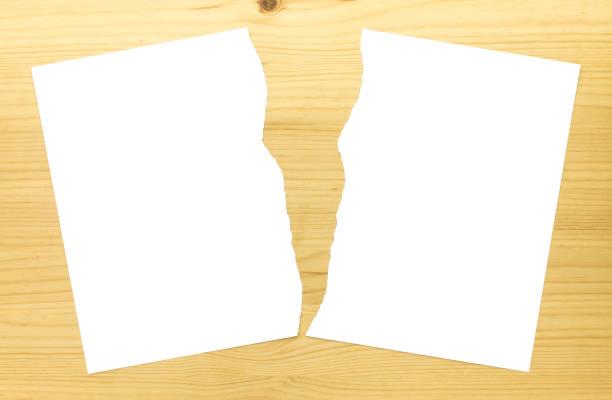 branco de papel rasgado ou papel rasgado ao meio no fundo madeira 2 - meio cheio - fotografias e filmes do acervo