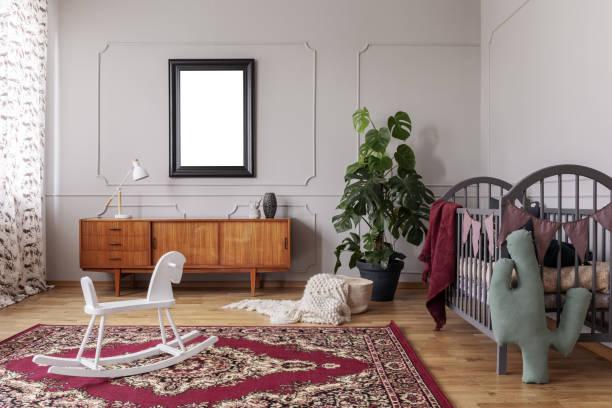 weißes schaukelpferd auf teppich in grau kindes schlafzimmer innenraum mit mock-up des plakats. echtes foto - pferde schlafzimmer stock-fotos und bilder