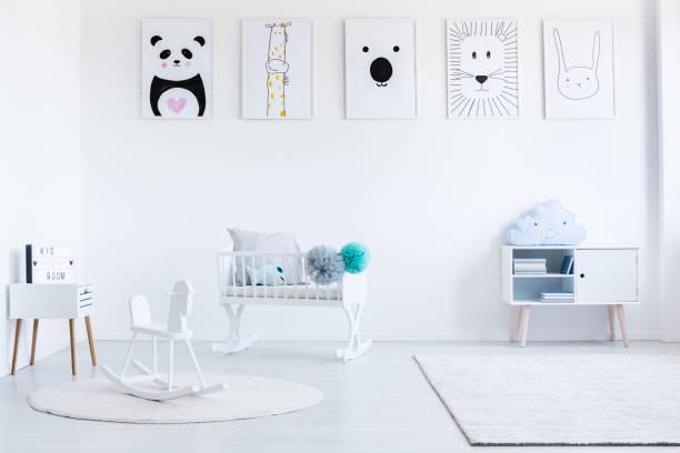 weißes schaukelpferd auf teppich - pferde schlafzimmer stock-fotos und bilder