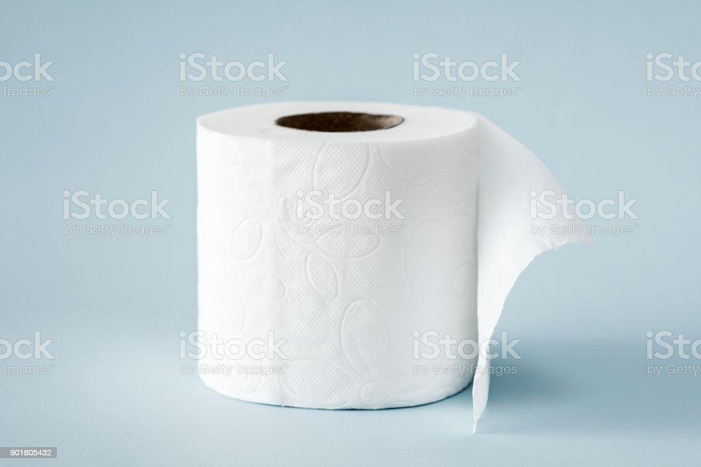 Weiße Rollen Toilettenpapier auf dem hellblauen Hintergrund – Foto