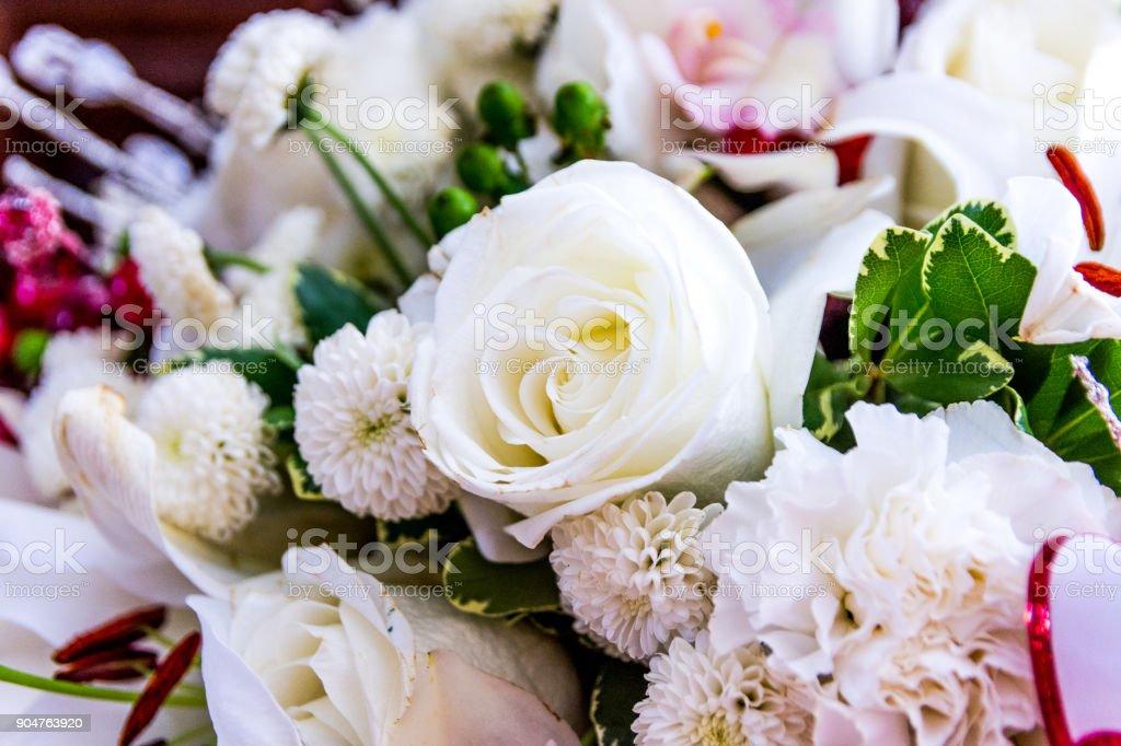 Weiße Rose Im Fokus Bouquet Mit Anderen Blumen Grün Pink Stock ...