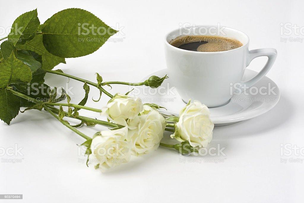 Weiße Rosen und Schwarzer Kaffee Lizenzfreies stock-foto