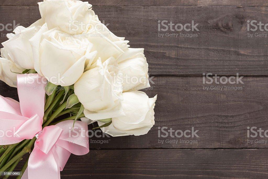 Белые розы букет — на деревянном фон с лентой. стоковое фото