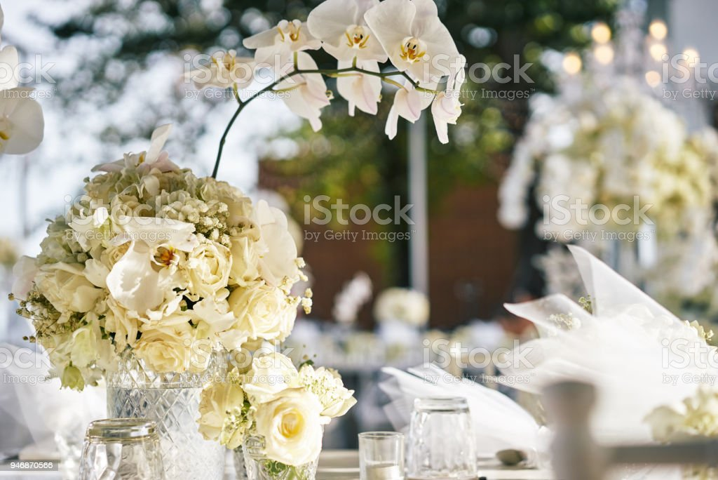 Weisse Rosen Blume Blumenschmuck Auf Thewedding Rezeption Tisch Stock