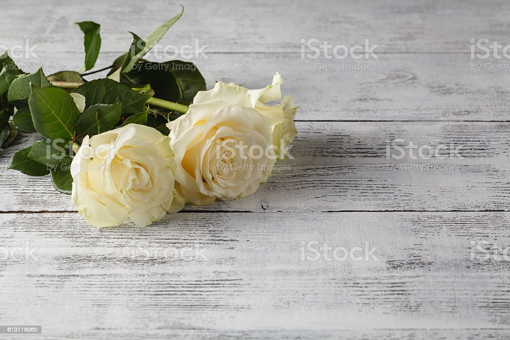 white roses on a wooden table – Foto