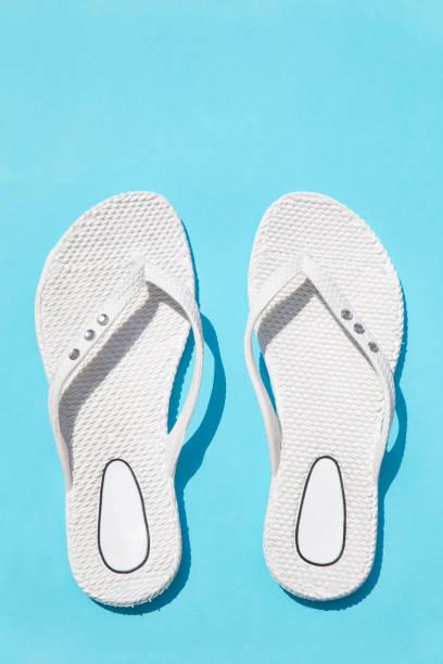 weiße kautschuk-hausschuhe - flip flops reparieren stock-fotos und bilder