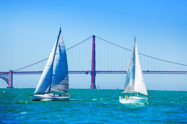 Weiße Segelboote gegen Golden Gate Bridge, USA – Foto