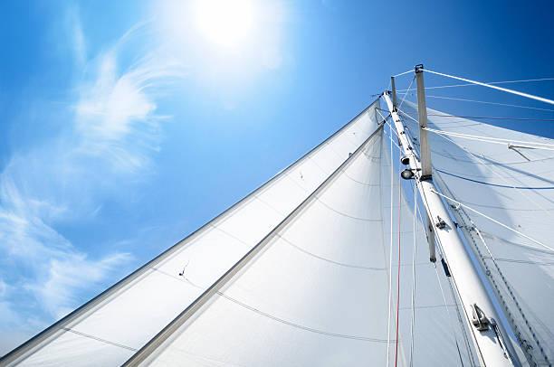Weißen Segeln auf einer yacht an einem sonnigen Tag – Foto