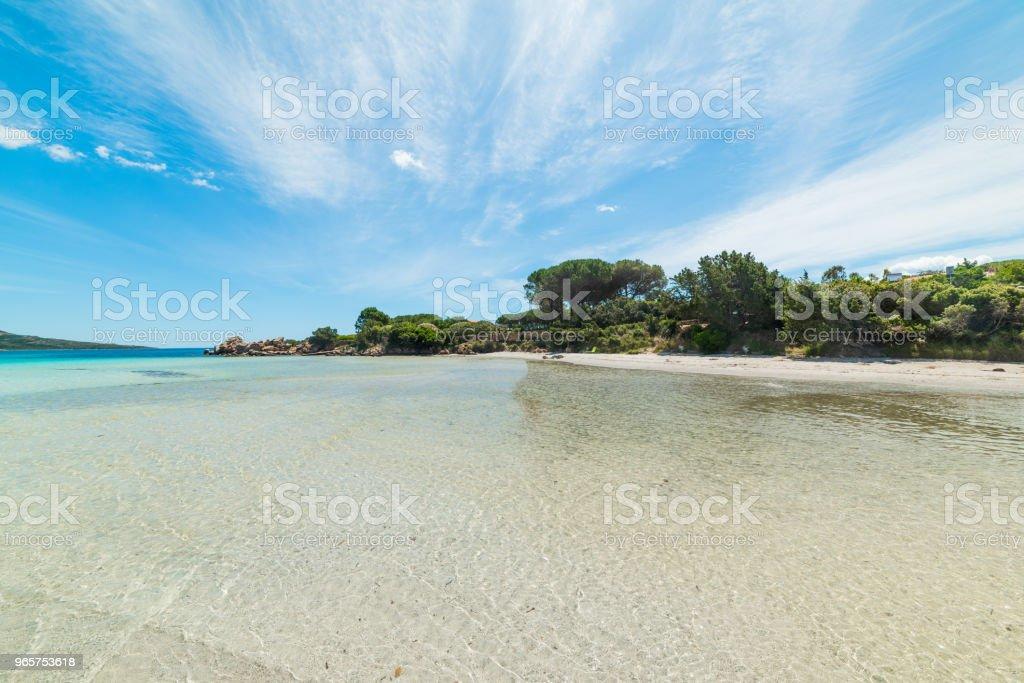Witte zand en blauwe zee in Lu Impostu strand - Royalty-free Blauw Stockfoto