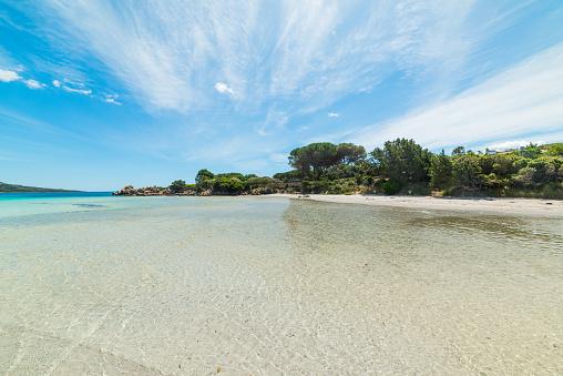 Witte Zand En Blauwe Zee In Lu Impostu Strand Stockfoto en meer beelden van Blauw