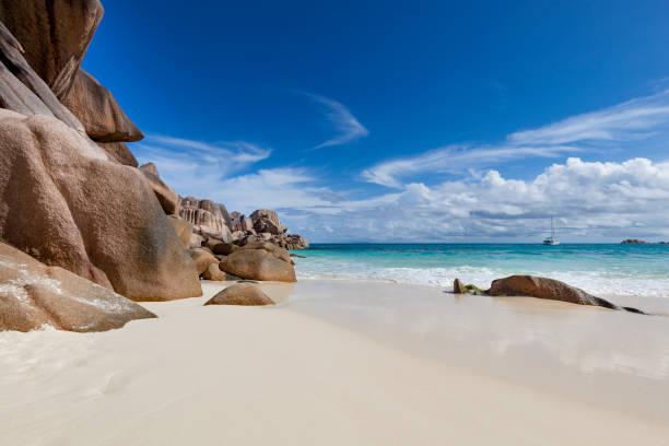 하얀 모래 해변 및 세이셸 섬에서 큰 절벽 - 마헤 섬 뉴스 사진 이미지