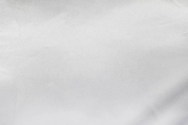 weiße satin textur. leere textilhintergrund. detail der seidenstoff. - textilien stock-fotos und bilder