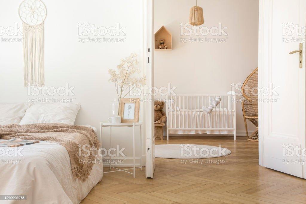 Weiße Skandinavische Schlafzimmer Mit Tür Zum Kinderzimmer Mit ...