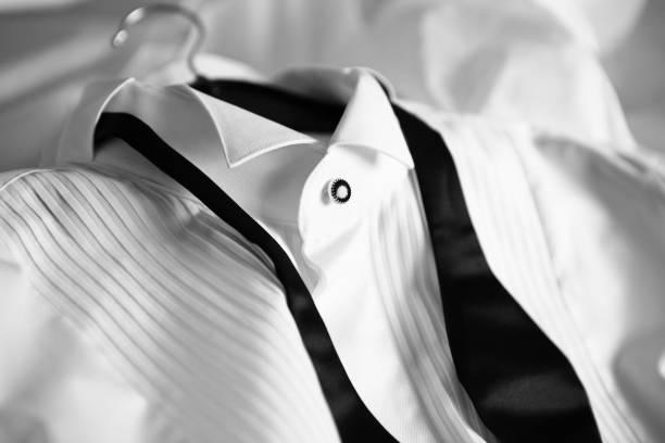 weißes hemd und fliege - hochzeitskleid in schwarz stock-fotos und bilder
