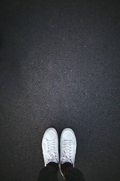 Chaussures blanches sur l'asphalte - Photo