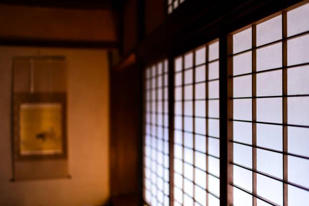 weiße shoji schiebepapier türen geschlossen in traditionellen japanischen haus oder ryokan-muster und verschwommenen hintergrund von tokonoma scroll - auto trennwand stock-fotos und bilder