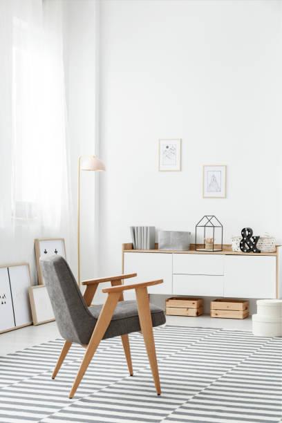 weißes sideboard in stilvollen interieur - sideboard skandinavisch stock-fotos und bilder