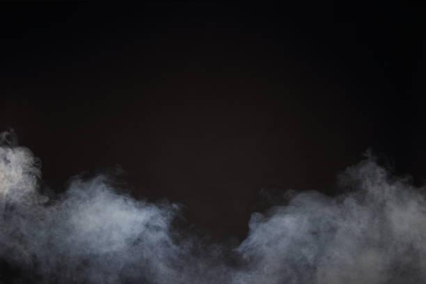 witte rook en mist op zwarte achtergrond, abstract rook wolken - mist stockfoto's en -beelden