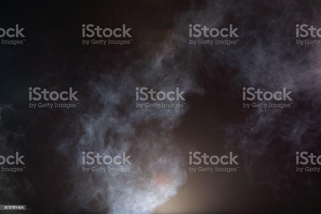 Blanc de fumée et brouillard sur fond noir, des nuages de fumée abstraites photo libre de droits