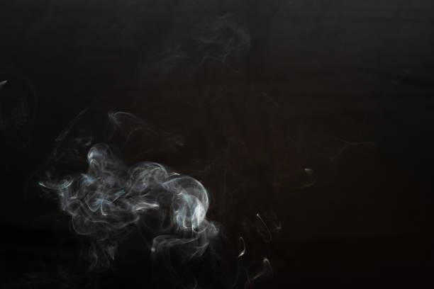 vit rök isolerad på svart bakgrund. rök bilden är som ett spöke - dimma png bildbanksfoton och bilder