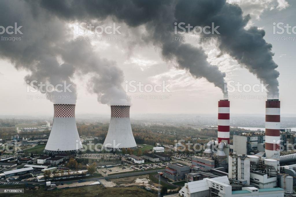 Blanco humo sobre la planta de energía. - foto de stock