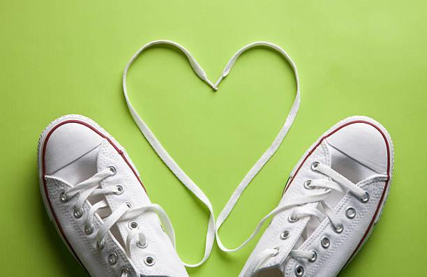 weißer sneaker in love - schnürsenkel stock-fotos und bilder
