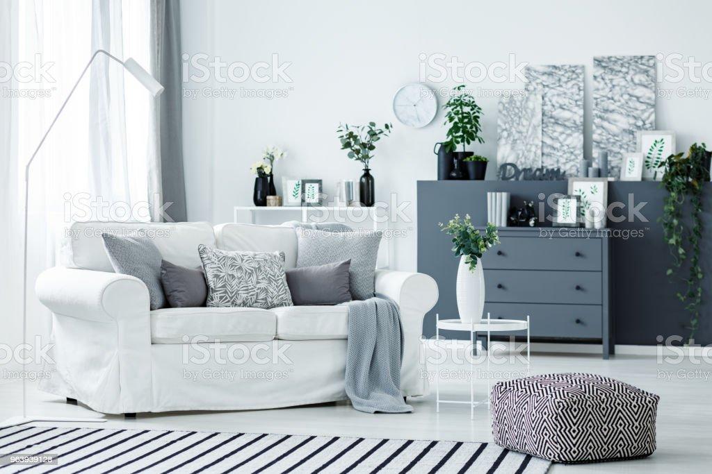 白いソファと灰色のアクセント - くつろぐのロイヤリティフリーストックフォト