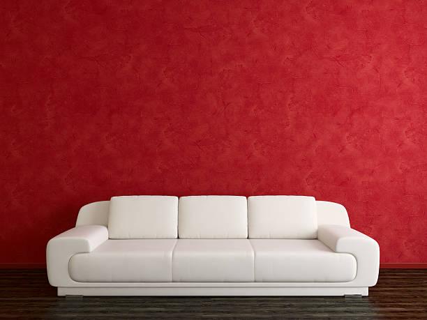 SOFÁ blanco y rojo estuco pared - foto de stock