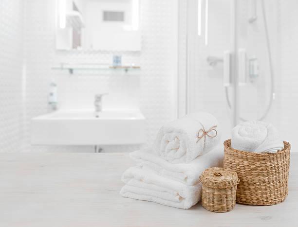 white spa towels and wicker baskets on defocused bathroom interior - badewanne holz stock-fotos und bilder