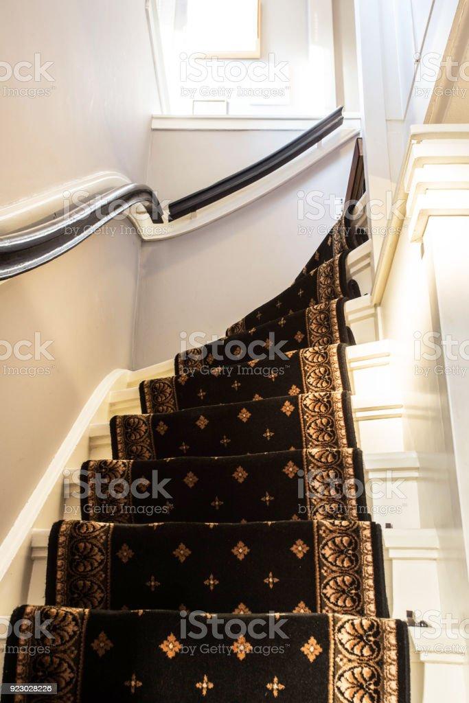 Weiße Treppe mit Vintage Teppich – Foto
