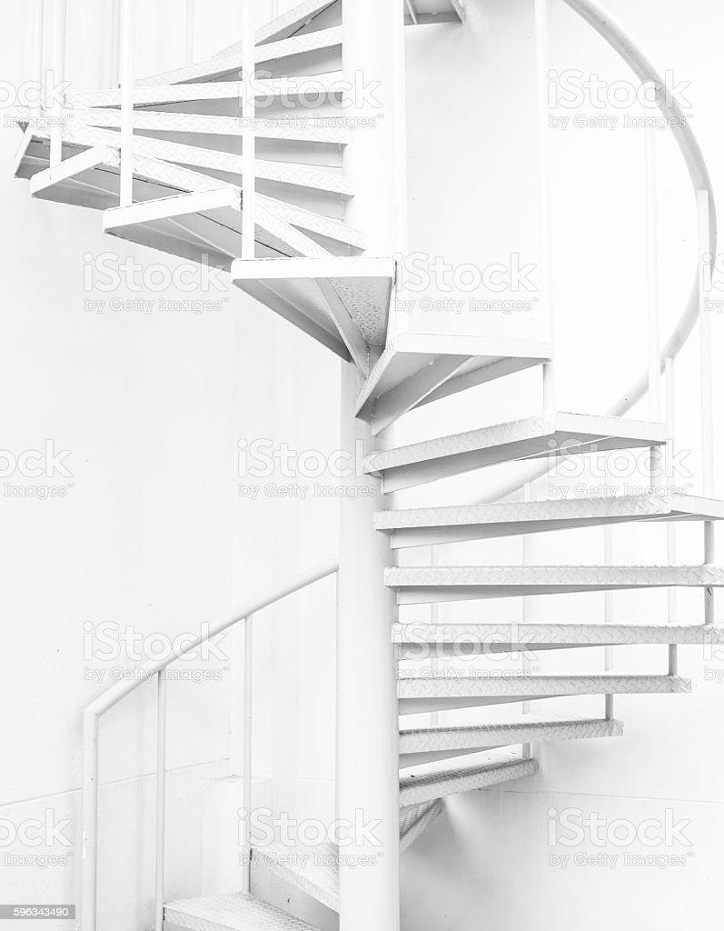 Weiße Stahl Wendeltreppe und weiße Wand Lizenzfreies stock-foto