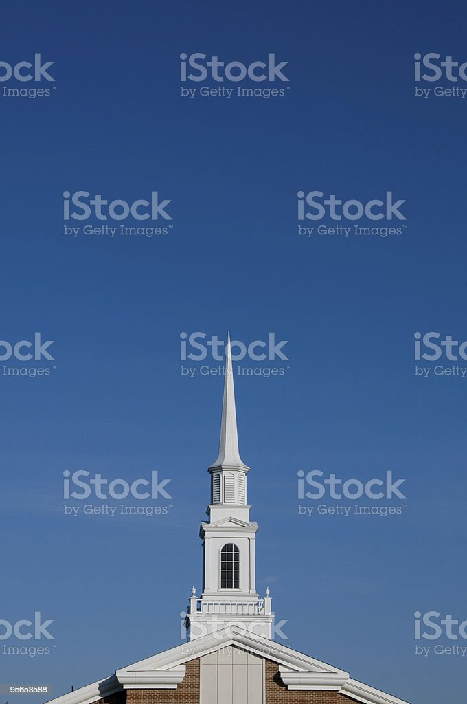White Kirchturmspitze gegen einen blauen Himmel. - Lizenzfrei Blau Stock-Foto