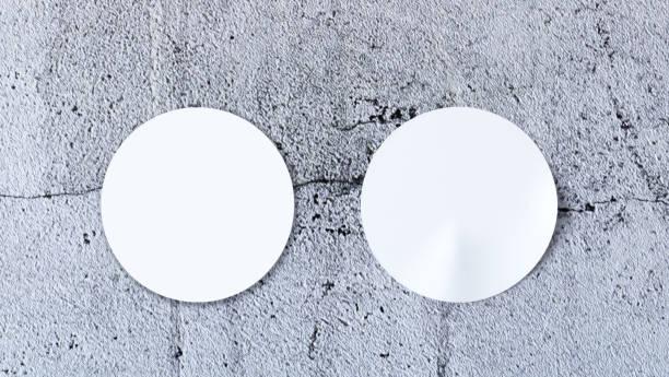 weißer aufkleber mock-up auf konkrete hintergrund - aufkleber stock-fotos und bilder