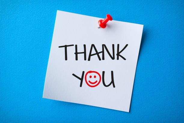 Weiße Haftnotiz mit Dankeschön und rot Push Pin auf blauem Hintergrund – Foto