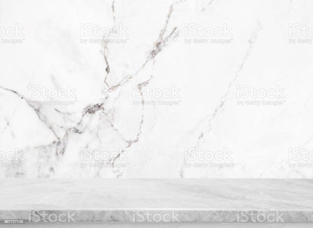 Table en pierre blanche dessu et fond de mur en pierre en marbre