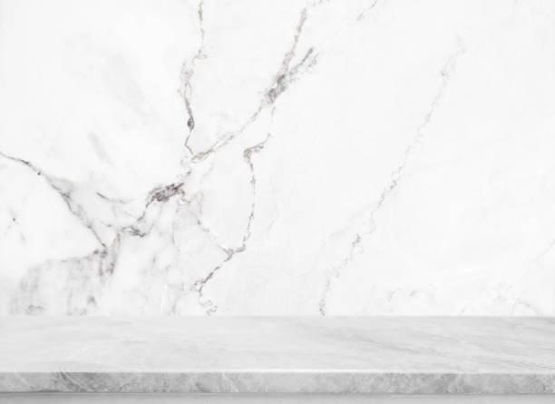 흰 돌 테이블 상단 배경 흰색 대리석 돌 벽-수 사용의 표시 또는 귀하의 제품을 몽타주. - 화장실 건축물 뉴스 사진 이미지